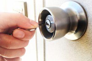 家の鍵を閉める