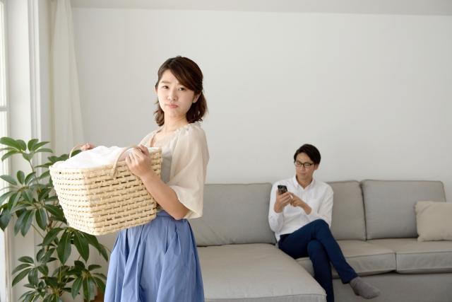 家事をする妻