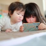 スマホアプリで遊ぶ子ども
